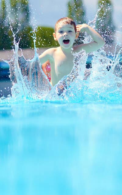 Spelend kind in zwembad