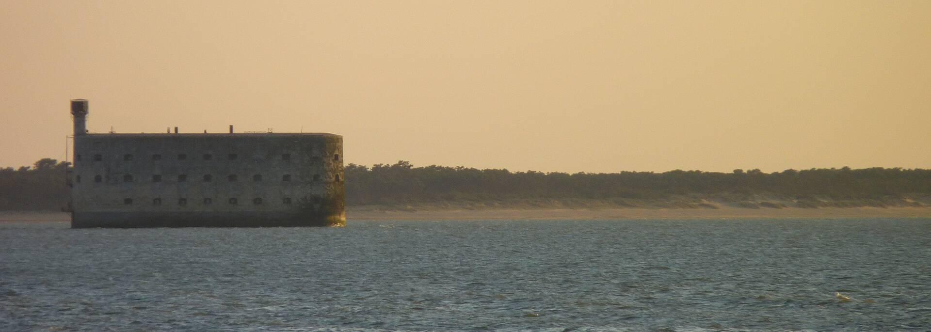Fort Boyard en Plage des Saumonards op de achtergrond