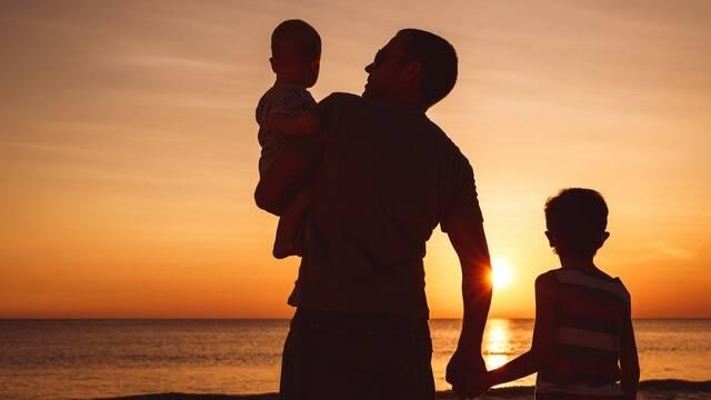 Bébé et papa devant un coucher de soleil - ©Shutterstock