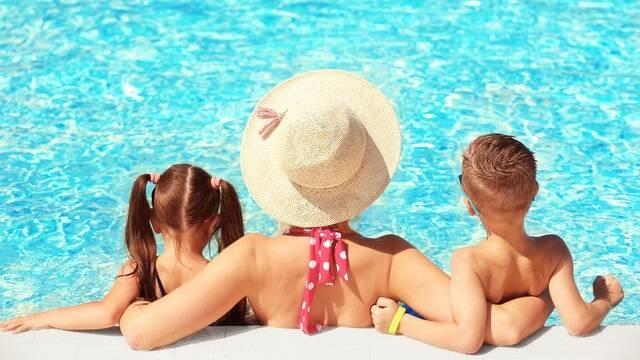 Famille dans une piscine - ©Shutterstock