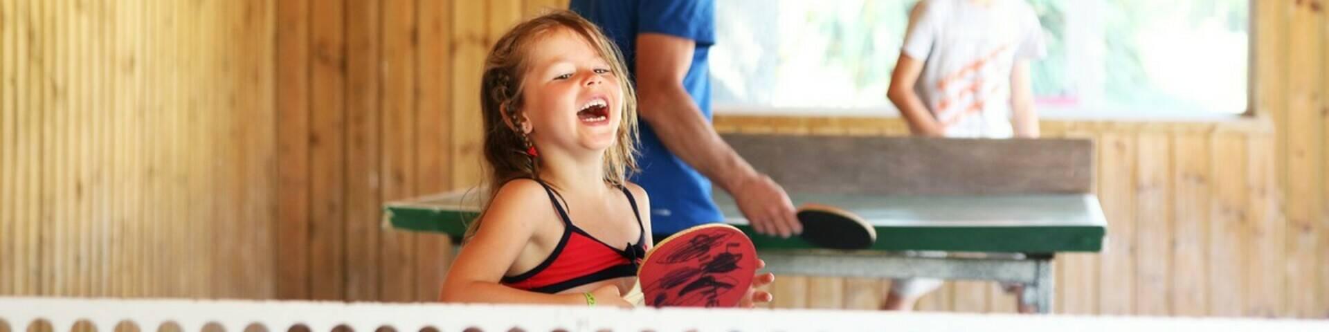 Meisje speelt tafeltennis
