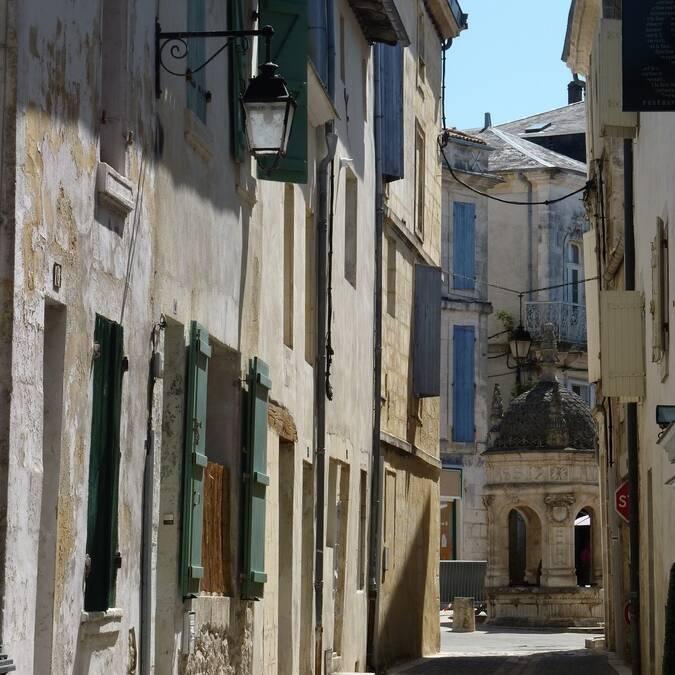 Typisch straatje in het centrum van Saint Jean d'Angély - ©P.Migaud / FDHPA17